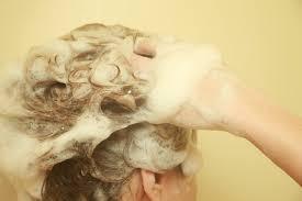 頭皮ニキビをケアする女性