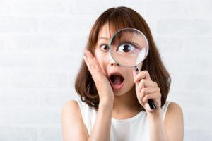 ニキビの原因を発見する女性