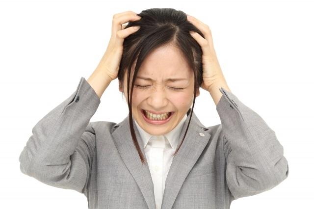 頭皮ニキビの悩みを抱える女性