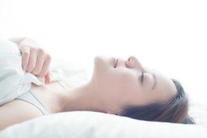 適度な睡眠をとる女性