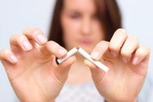 禁煙を試みる女性