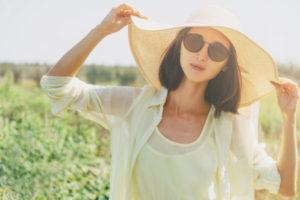 紫外線対策をする女性