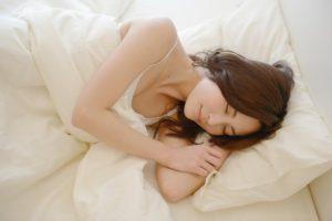 適正な睡眠をする女性