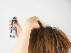 髪に整髪料をつける