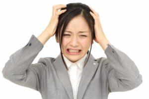 頭を触ると痛みを感じる女性