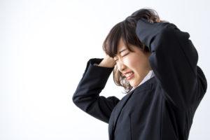 頭皮ニキビに悩まされる女性