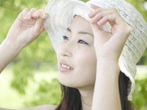 紫外線対策の帽子をかぶる女性