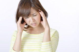 頭皮ニキビが痛む女性